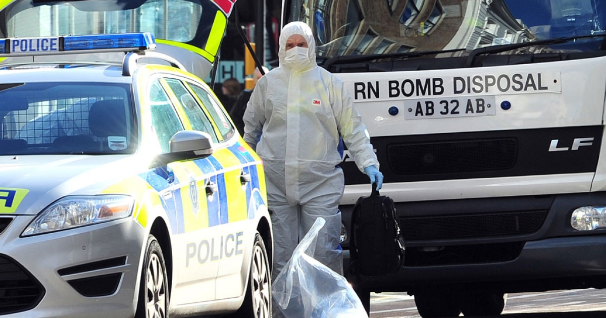 A Royal Navy bomb disposal unit works at the scene where a suspect package was delivered at an Army recruitment office in Brighton, southern England on Feb. 13, 2014.</p>