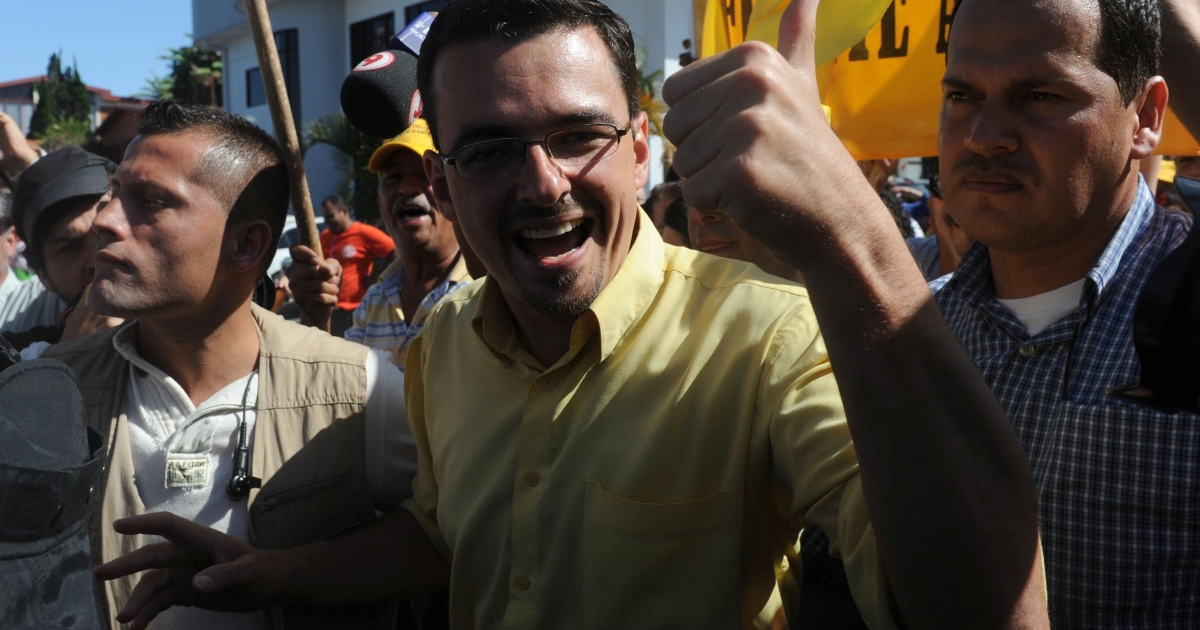 Leftist Costa Rican presidential candidate Jose Maria Villalta (C) waves to supporters after voting in the country's presidential election on Feb. 2, 2014.</p>