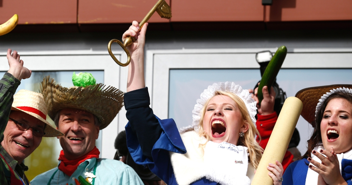 Washer Princess Ann-Kathrin I. holds up symbolic the town hall key as the mayor of Bonn Beuel Juergen Nimptsch (2nd-L) smiles during the fat thursday on February 27, 2014 in Bonn, Germany.</p>