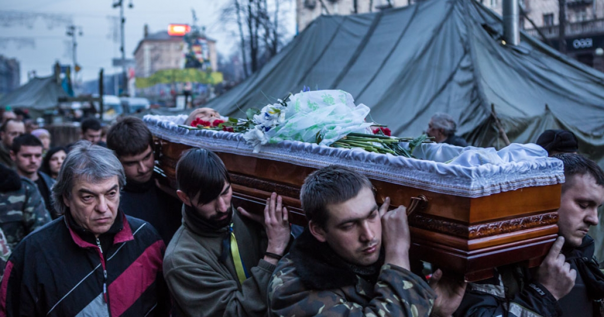 The body of Ustim Holodnyuk, 19, who was killed in fighting between anti-government protesters and police, is carried from Independence Square on February 21, 2014 in Kyiv, Ukraine.</p>