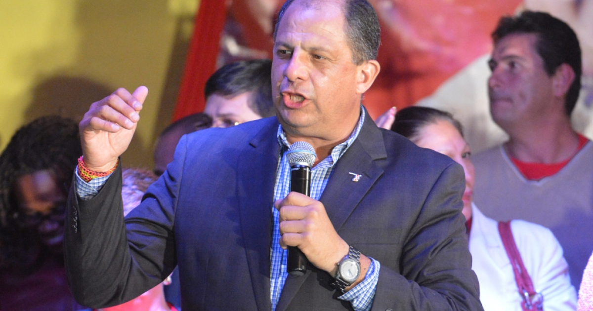 Luis Guillermo Solis of the Accion Ciudadana (PAC) party speaks to his supporters in San Jose, on February 2, 2014.</p>