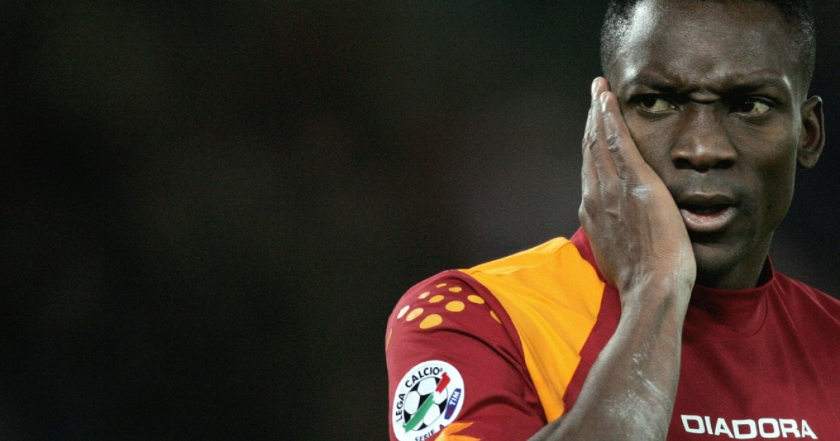 Rome, ITALY:  AS Roma's Shabani Nonda looks at Juventus goalkeeper after receiving a slap on his face during Serie A football match 19 November 2005 at Rome's Olympic Stadium. Juventus won the match 4-1. AFP PHOTO / Filippo MONTEFORTE  (Photo credit should read FILIPPO MONTEFORTE/AFP/Getty Images)</p>