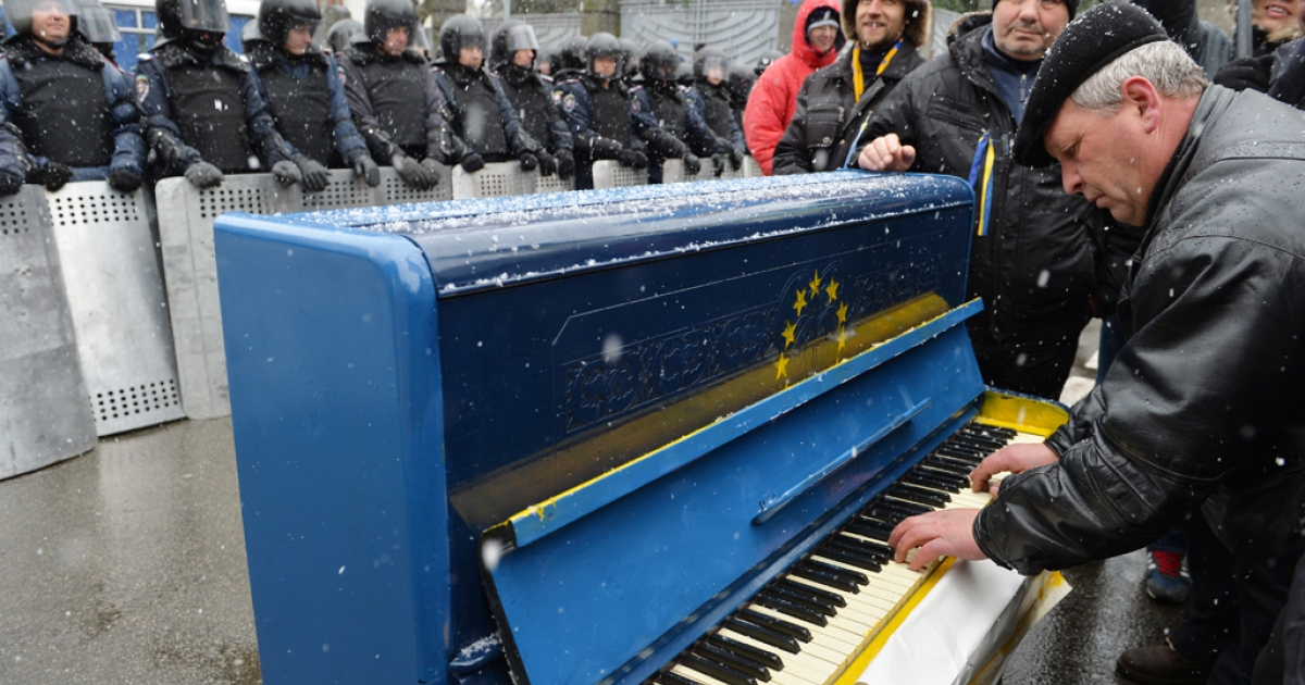 A man plays a piano outside Viktor Yanukovych's presidential office in Kyiv, Dec. 7, 2013.</p>