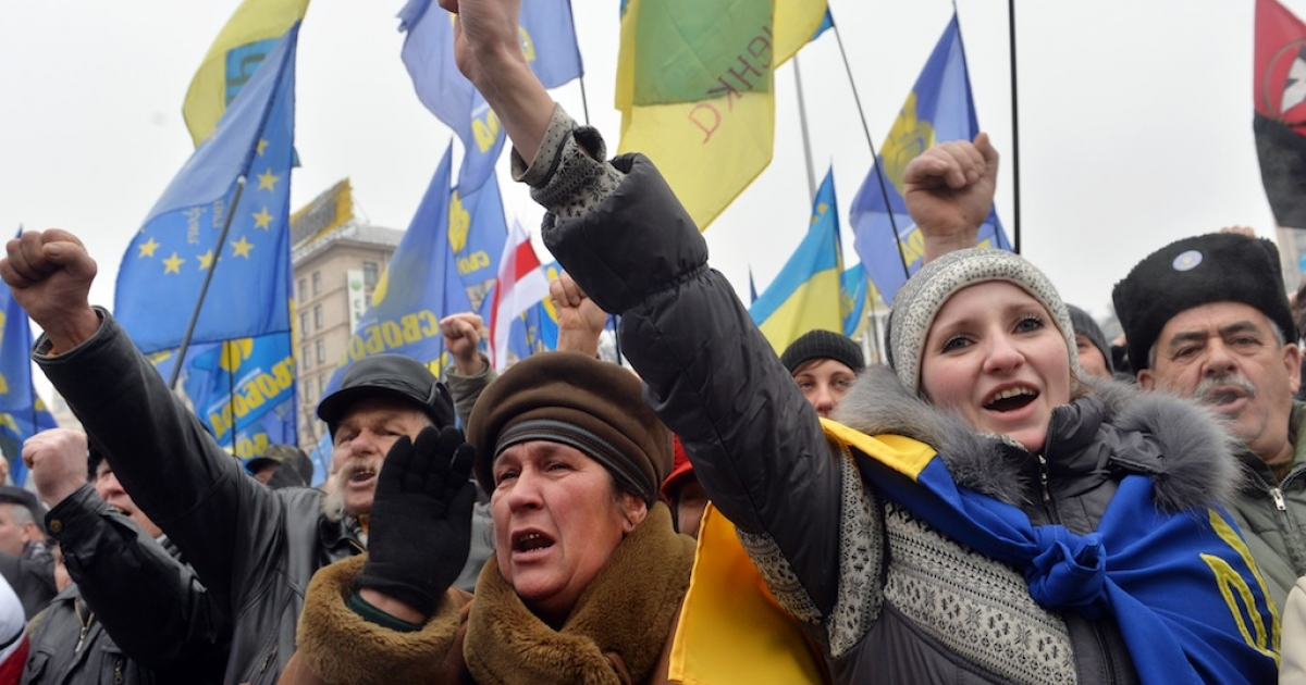 People attend a rally of the Ukrainian Pro-European opposition at Kiev's Independence Square on January 5, 2014. Pro-EU demonstrators hold their seventh Sunday protest today to press for the government's resignation.</p>