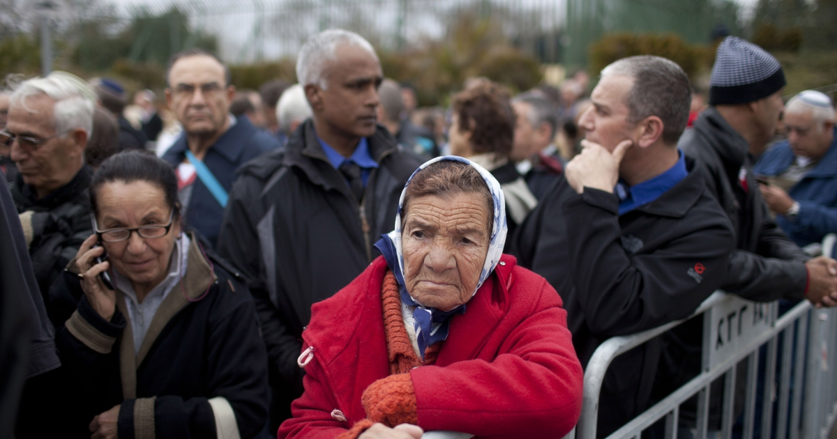 An Israeli woman stands out side the Knesset (Israeli Parliament) to pay her last respects to Ariel Sharon on January 12, 2014 in Jerusalem.</p>