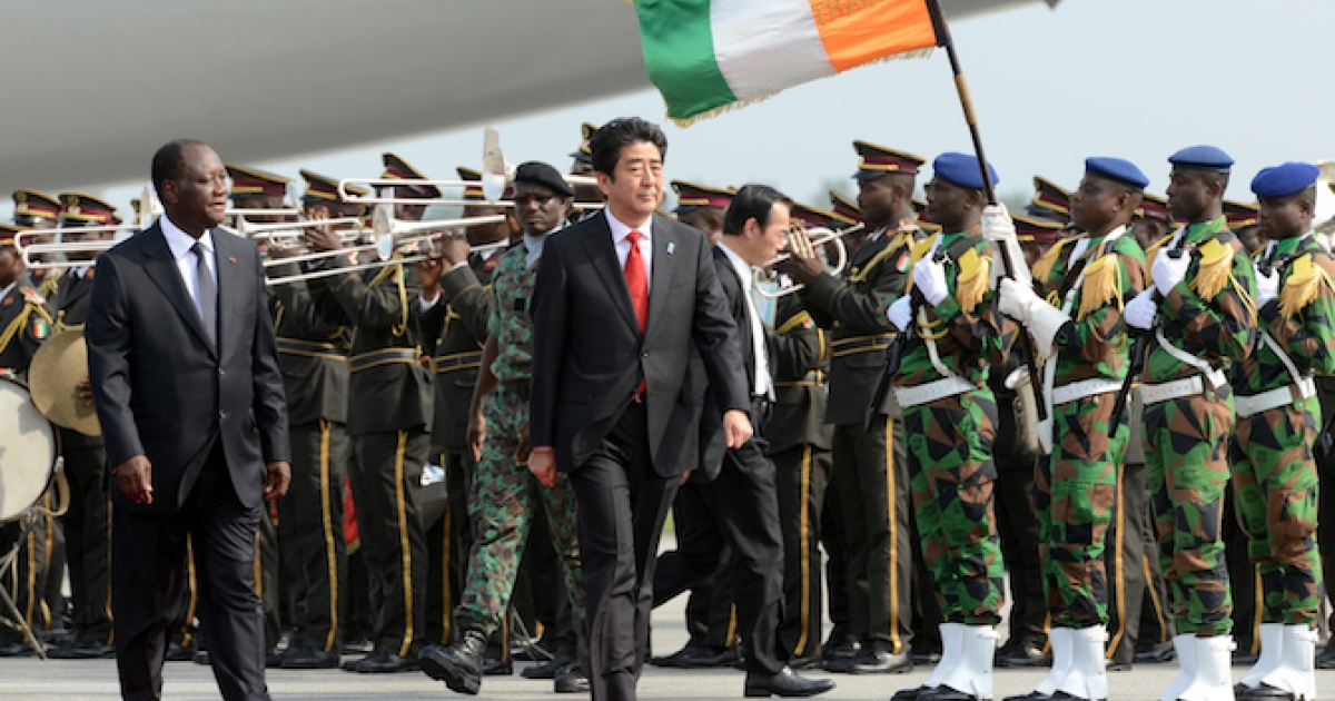 Japanese Prime Minister Shinzo Abe and Ivory Coast's president Alassane Ouattara review an honor guard on January 10, 2014.</p>