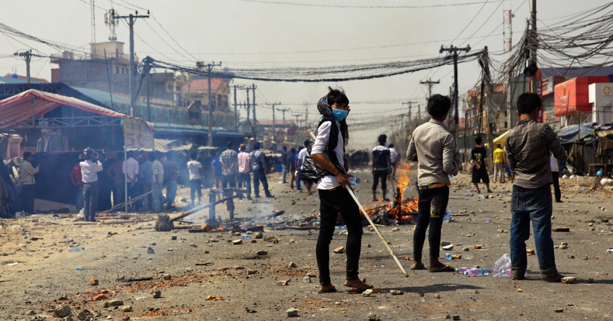 Protesters clash with police on January 3, 2014 in Phnom Penh, Cambodia. At least three were reported killed.</p>