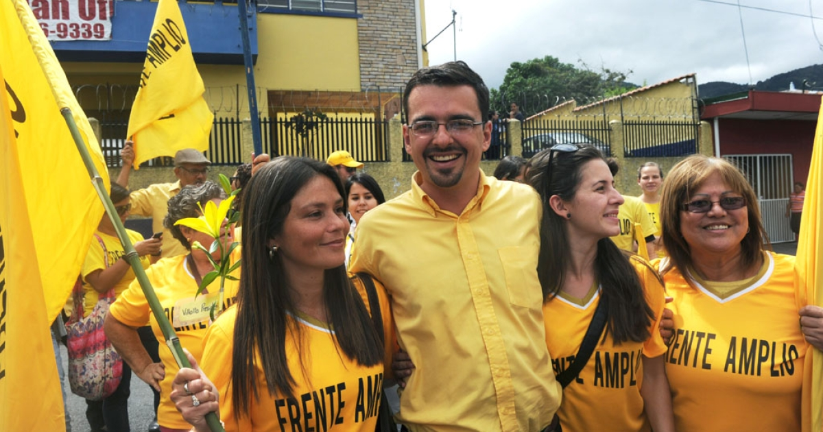 Jose Maria Villalta, presidential candidate for Costa Rica's Frente Amplio party, poses with supporters on January 31, 2014  in San Jose. Villalta led polls ahead of the Feb. 2 vote.</p>