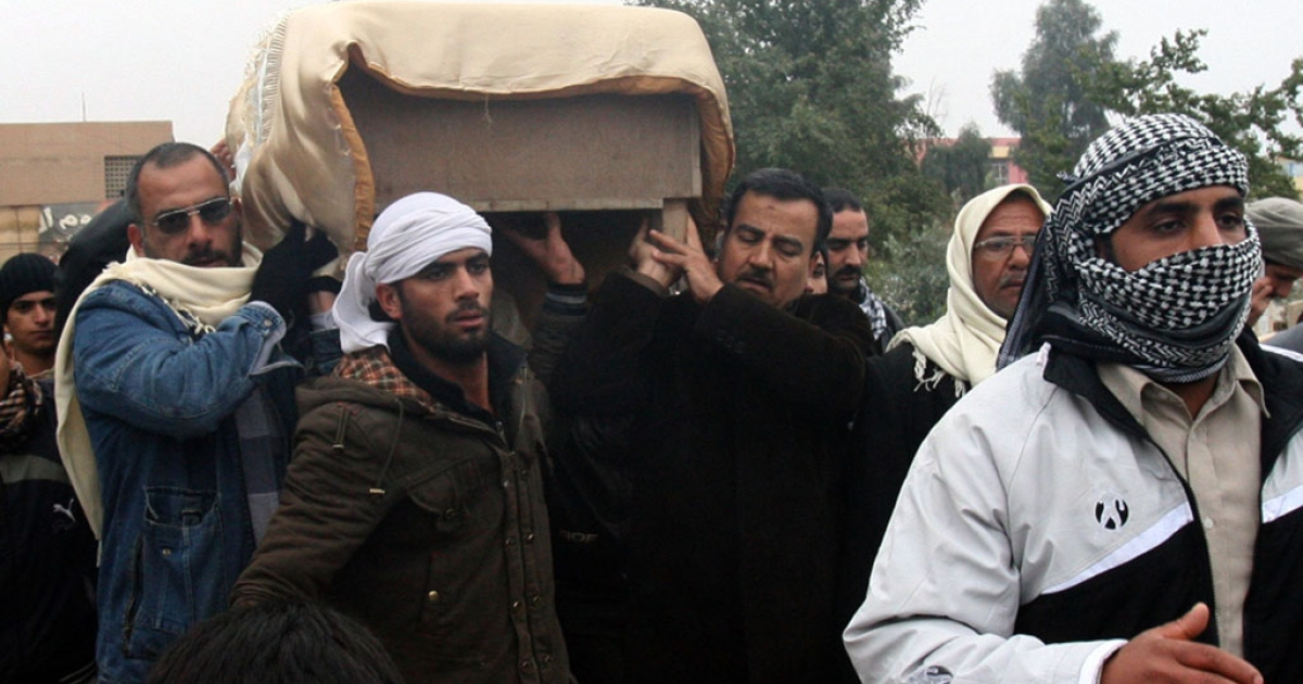 The coffin of a man killed in fighting is carried for burial in the western Iraqi city of Fallujah, Anbar province, Jan. 4, 2014.</p>
