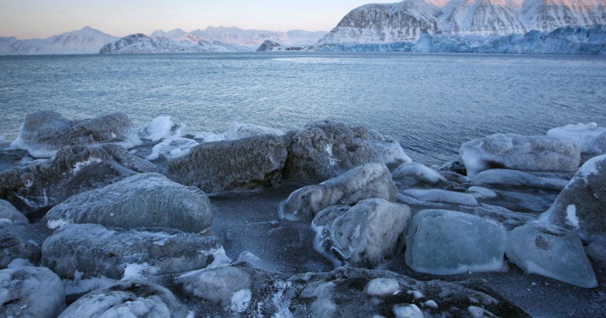 The edge of Kongsbreen glacial bay.</p>