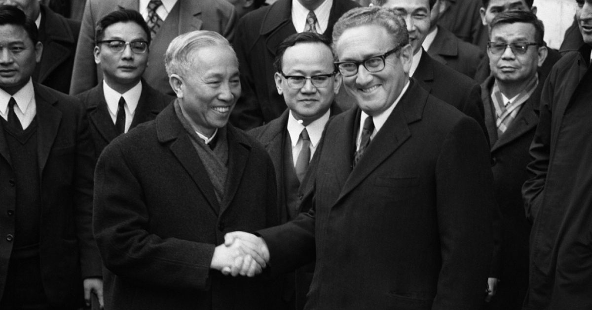PARIS, FRANCE - JANUARY 23, 1973:  US National Security Adviser Henry Kissinger (R) shakes hand with Le Duc Tho, leader of North Vietnam delegation, after the signing of the Paris Peace Accords on 23 January 1973 in Paris, France. (Photo by AFP/Getty Images)</p>
