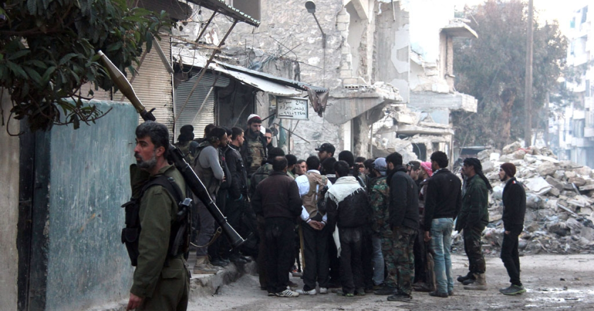 Opposition fighters prepare to storm the headquarters of the jihadist Islamic State of Iraq and the Levant (ISIL) fighters in the Bab al-Neirab neighbourhood of the northern Syrian city of Aleppo on January 7, 2014.</p>