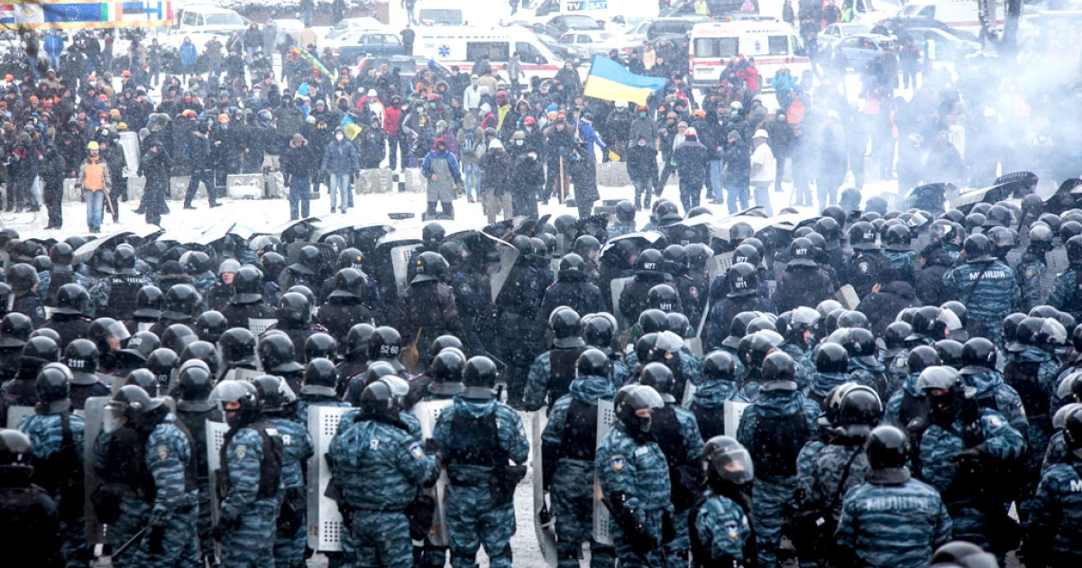 Protesters clash with police in the center of Kiev on January 22, 2014.</p>