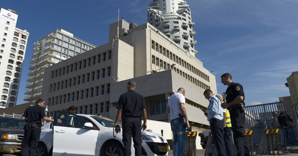 Israeli police secure the United States embassy in Tel Aviv on November 20, 2012.</p>