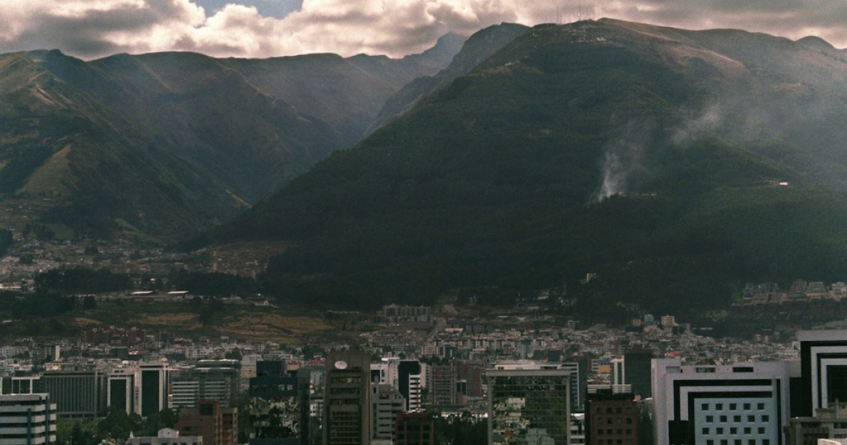 QUITO, ECUADOR:  A panoramic view of Pichincha Volcano in the city of Quito, 02 October 1998.</p>