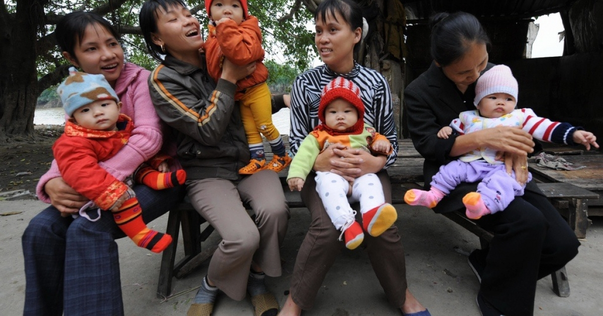 Babies with their mothers at Tho Ha village in Vietnam's northern province of Bac Ninh, Nov. 19, 2008.</p>