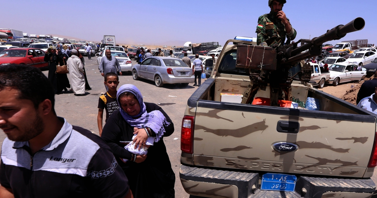 Iraqi families flee violence in the northern Nineveh province.</p>