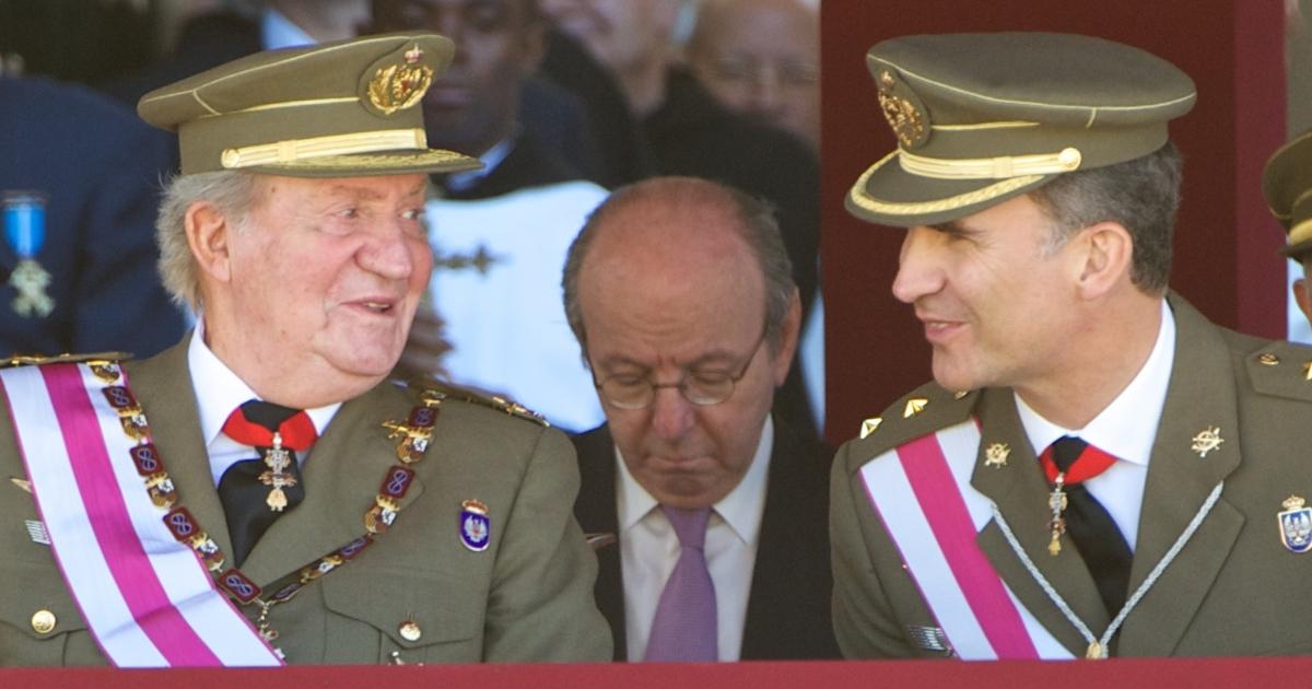 Changing of the guard: Juan Carlos (L) and Felipe.</p>