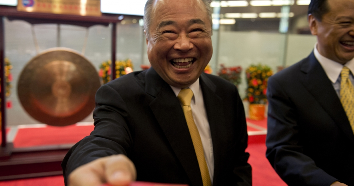 Hong Kong Exchange chairman Chow Chung-kong hands out little red envelopes — or hongbao — after the Lunar New Year holiday, Feb. 4, 2014.</p>