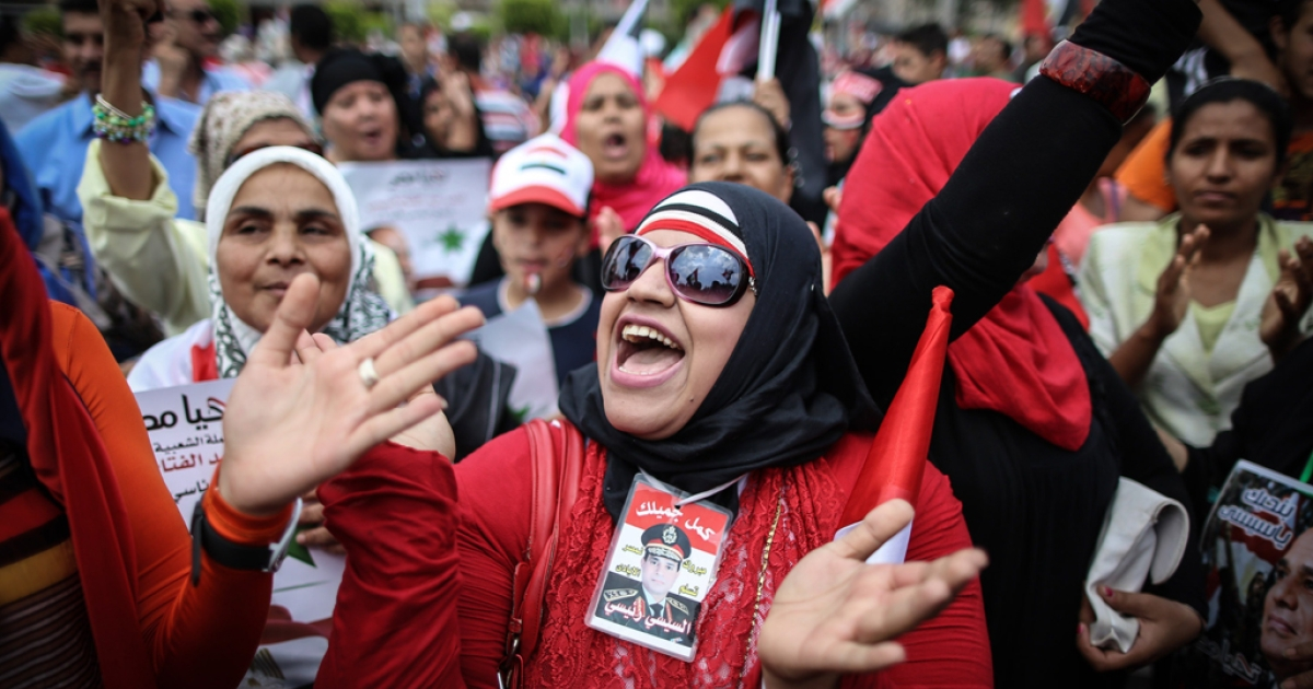 Egyptians shout slogans and hold portraits of Egypt's President Abdel Fattah al-Sisi as they take part in celebrations in front of the presidential palace of Ethadya in the capital Cairo on June 8, 2014, after Sisi was sworn in.</p>