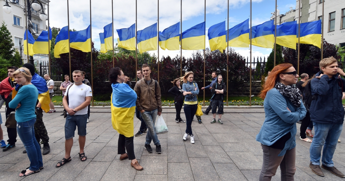 Half-mast Ukrainian flags in front of the Ukrainian president's residence during a rally in Kyiv, June 15, 2014.</p>