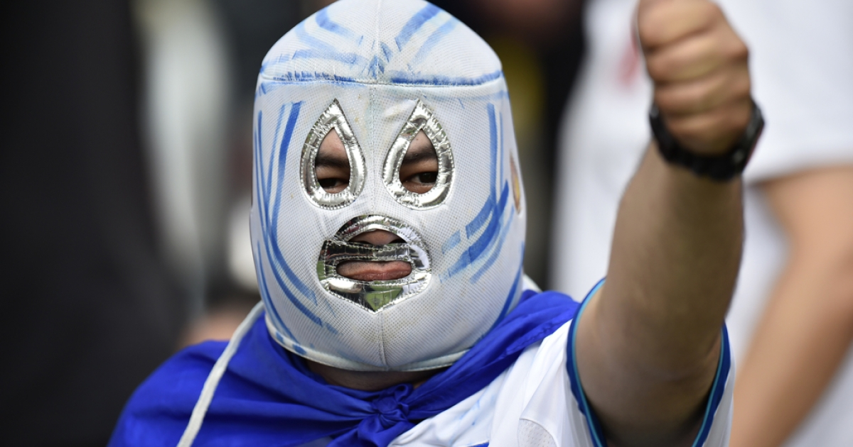 A Honduras fan waits the start of the Group E football match between France and Honduras at the Beira-Rio Stadium in Porto Alegre during the 2014 FIFA World Cup on June 15, 2014.  AFP PHOTO / RODRIGO BUENDIA</p>