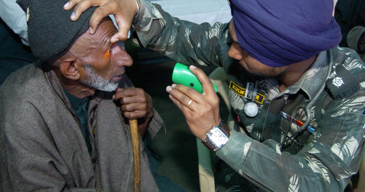 An Indian army doctor (R) checks the eyes of a Kashmiri man during a medical camp in Mujpather, some 45 Kms from Srinagar, 31 March 2007.  Many medical practitioners in India are not properly trained.</p>