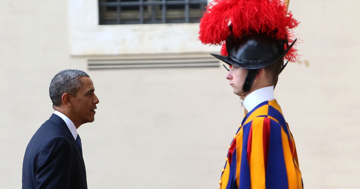 US President Barack Obama arrives at the San Damaso courtyard in front of a Swiss Guard for a meeting with Pope Francis on March 27, 2014 in Vatican City, Vatican.</p>