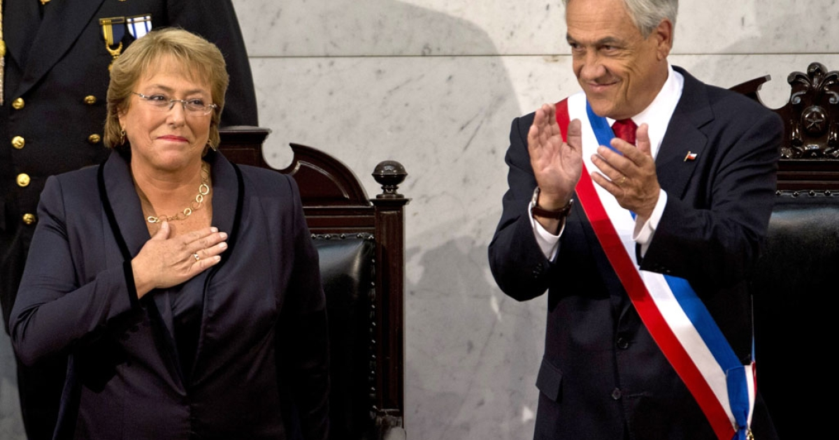 Chilean new President Michelle Bachelet (L) is applauds by outgoing President Sebastian Pinera during her inauguration ceremony at the Congress in Valparaiso, Chile, on March 11, 2014.</p>