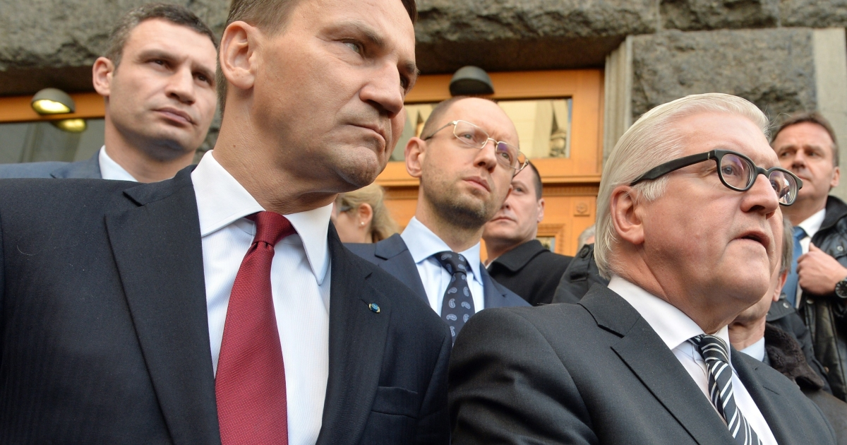 Sikorski (L foreground) with German Foreign Minister Frank-Walter Steinmeier in front of Ukrainian opposition leaders in Kyiv after a deal was signed between the president and opposition last month.</p>