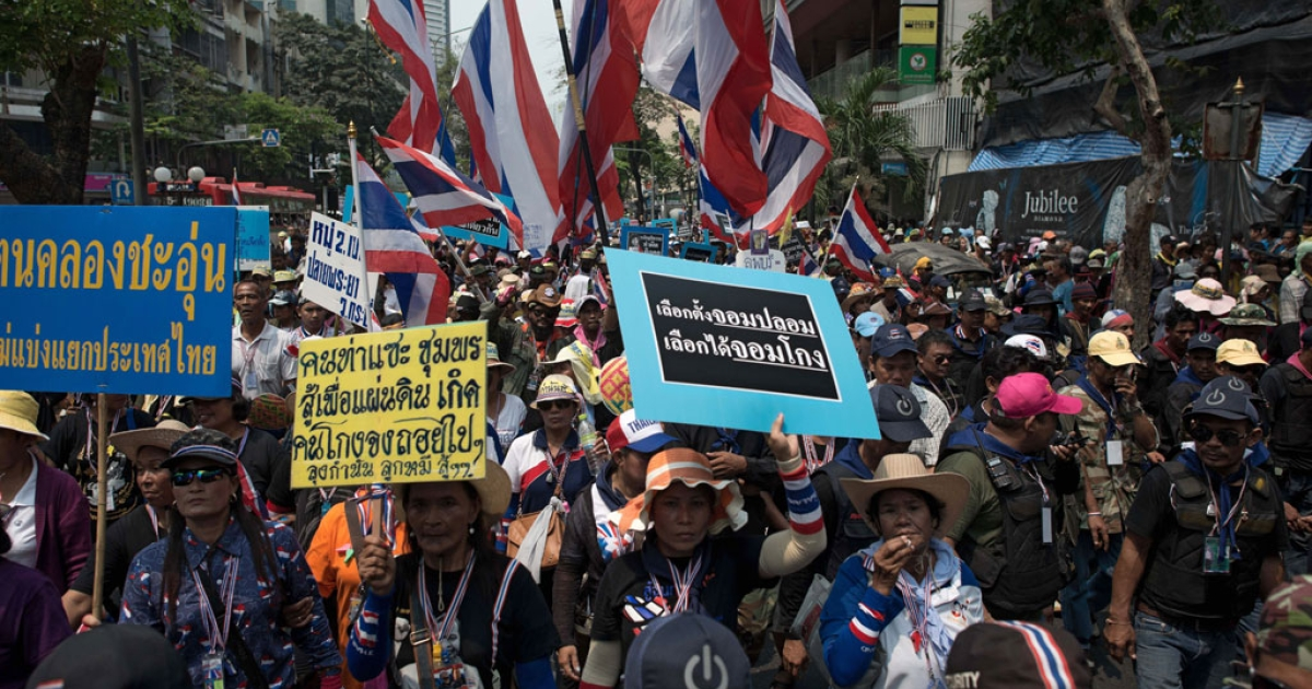 Thai anti-government protesters march during a rally in Bangkok on March 24, 2014.</p>