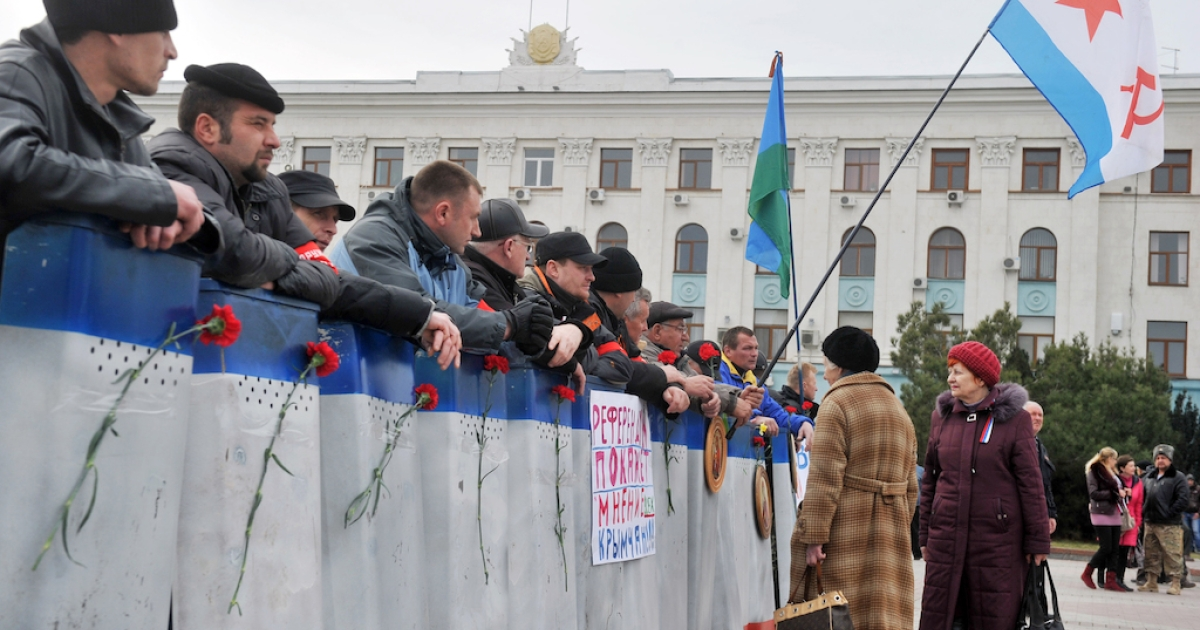 Pro-Russian self-defense activists stand guard in front of the Crimean Cabinet of the Ministers in Simferopol on March 2, 2014. Armed pro-Russia men who had besieged Crimea's local parliament mysteriously vanished on March 2 but were still standing guard outside the regional government, as the capital of Ukraine's restive Black Sea peninsula remained calm but tense.</p>