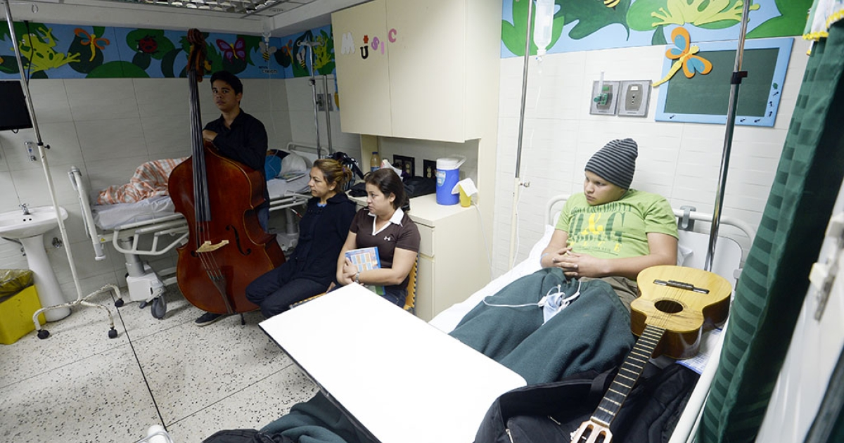 A child (R) receiving chemotherapy at the oncology yard of the JM de los Rios pediatric hospital in Caracas on Sept. 26, 2013.</p>
