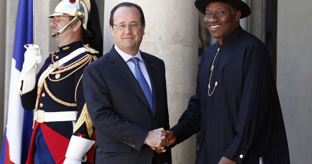 French President Francois Hollande (R) welcomes Nigeria's President Goodluck Jonathan (L), upon his arrival to an African security summit.</p>