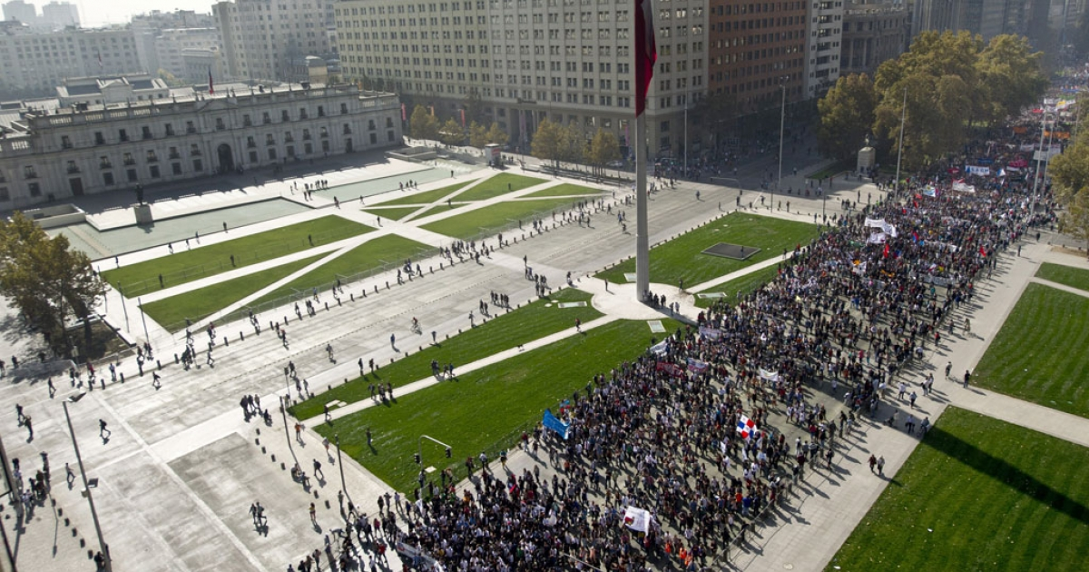 Thousands of Chilean students march in front of La Moneda presidential palace during a protest against the education system, in Santiago, on May 8, 2014.</p>