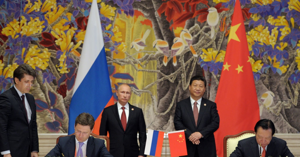 China's President Xi Jinping and Russia's President Vladimir Putin attend an agreement signing ceremony in Shanghai on May 21, 2014.</p>