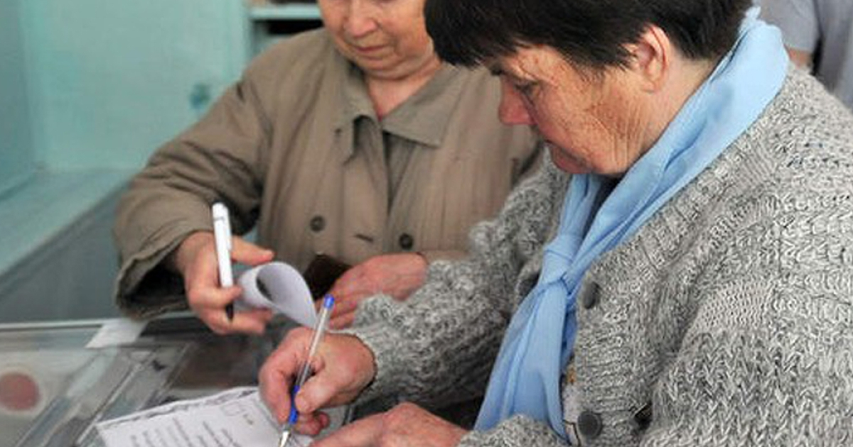 People vote in the referendum, Donetsk, Ukraine, May 11, 2014.</p>