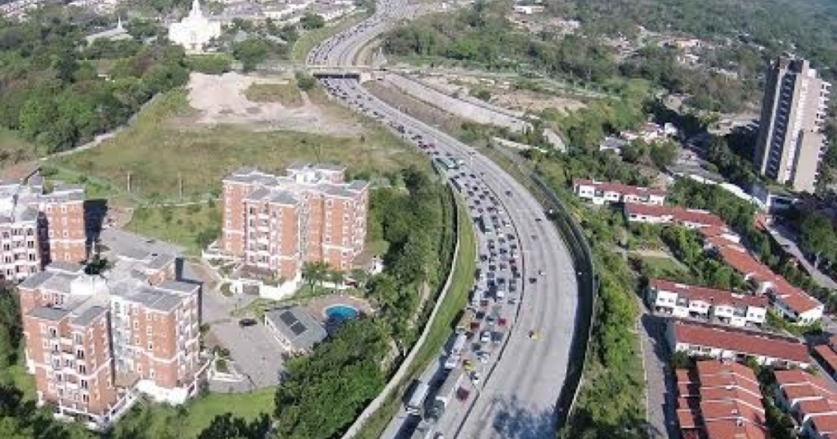 Traffic in El Salvador seen from a news drone.</p>