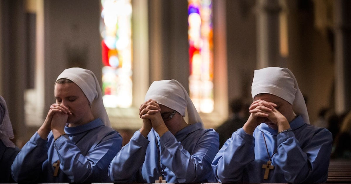 Nuns kneel in prayer at the end of Easter Mass service at Cathedral of the Holy Cross, on April 20, 2014 in Boston, Massachusetts.</p>