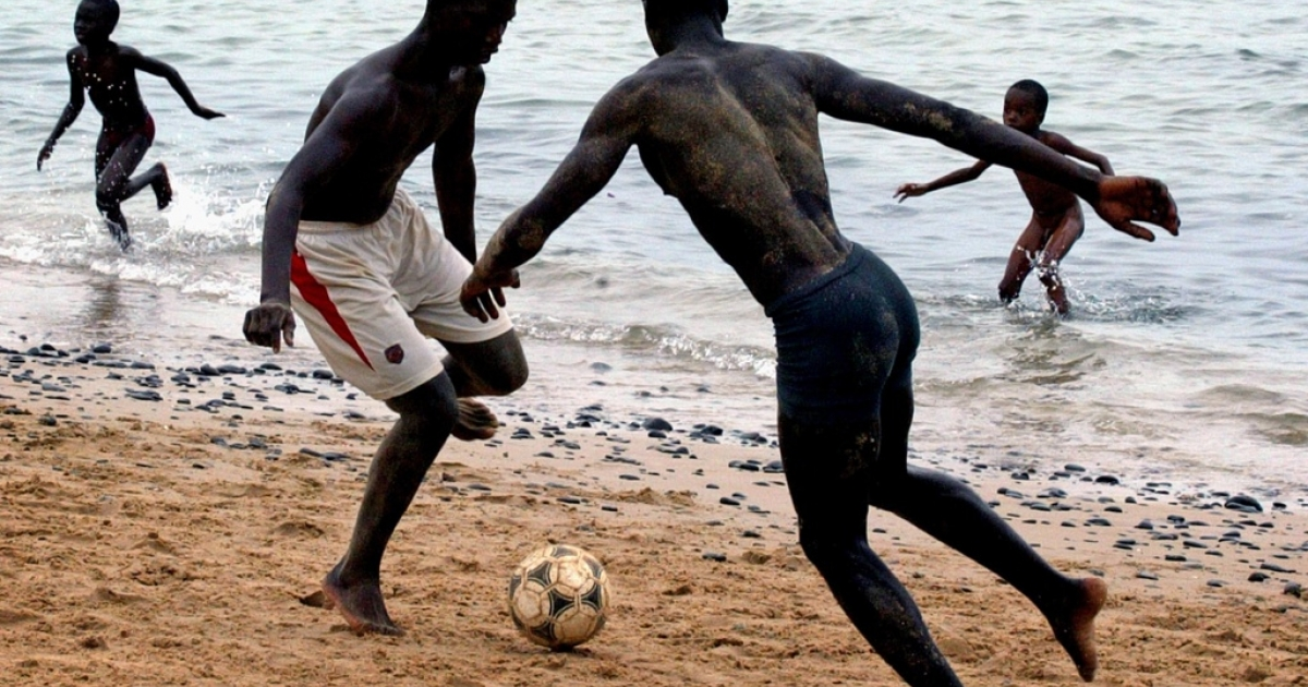 Middle-aged European women go to Senegal's beaches to find romance with young men like these two who are playing beach football in the capital Dakar, May 24, 2005.</p>