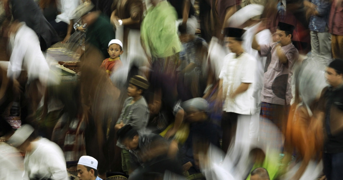Indonesian Muslims attend Ramadan tarawih prayer at Al Markas Al Islami mosque in Makassar, Indonesia, June 17, 2015.
