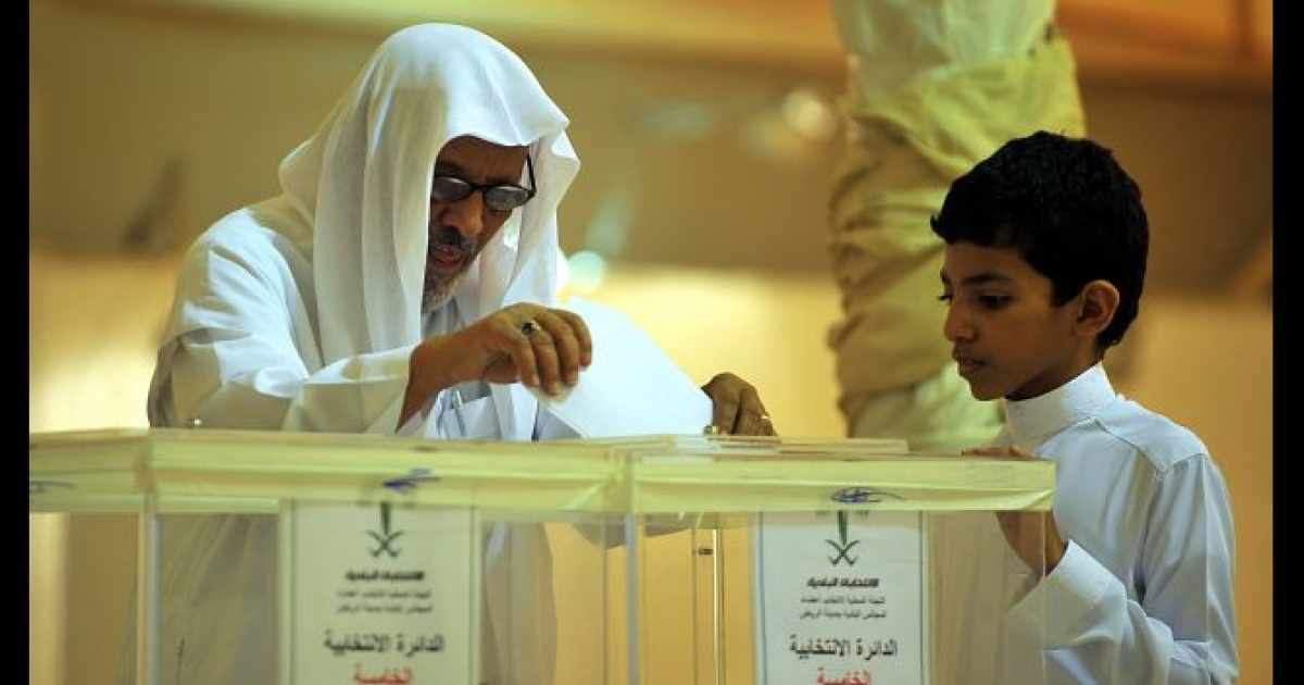 A Saudi man casts his ballot at a polling station in Riyadh on September 29, 2011 as Saudi men were voting in municipal elections. The turnout was poor in the last all-male vote in the kingdom after King Abdullah this week gave women the right to participate in 2015.</p>