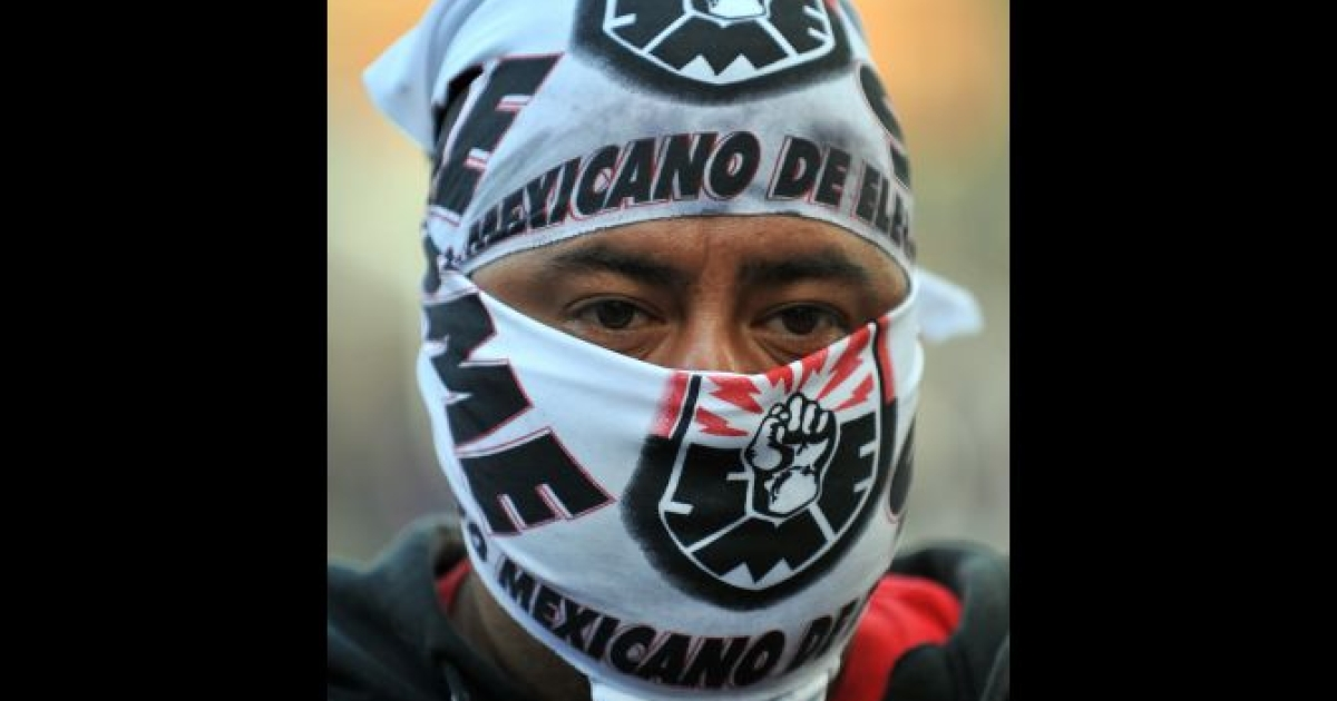 An electricity worker takes part in a protest of former workers of the electric supply agency 'Luz y Fuerza del Centro' against the closure of the state-run power company on November 11, 2009. Some 44,000 active workers and 22,000 retirees were affected by the closure by presidential decree of Luz y Fuerza, which served more than one fifth of the country.</p>