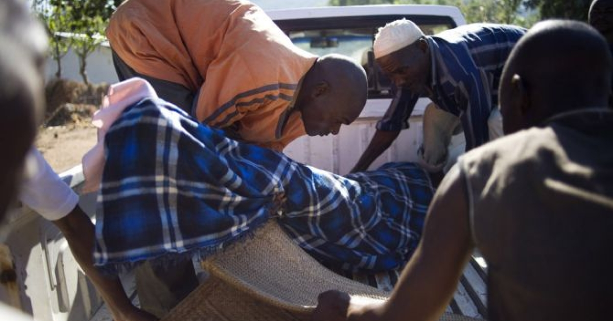 Family members unload the body of Aliyatu Alola, 24, who died on her way to the Salima District Hospital, Salima, Malawi on June 3, 2011.</p>