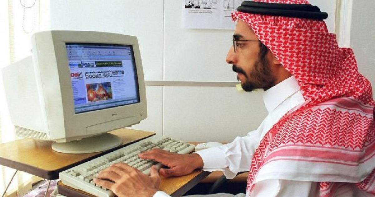 A Saudi employee surfs the Internet in his office in Riyadh, Saudi Arabia, December 27, 1998, just as the Saudi public was gaining access to the Internet after a wait of several years.</p>