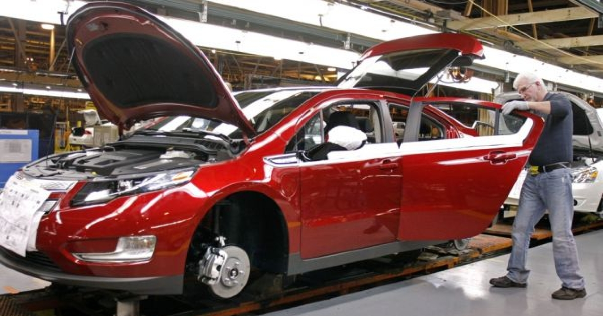 A US factory worker assembles a Chevrolet Volt hybrid electric vehicle at GM's Detroit-Hamtramck Assembly November 30, 2010 in Detroit, Michigan.</p>