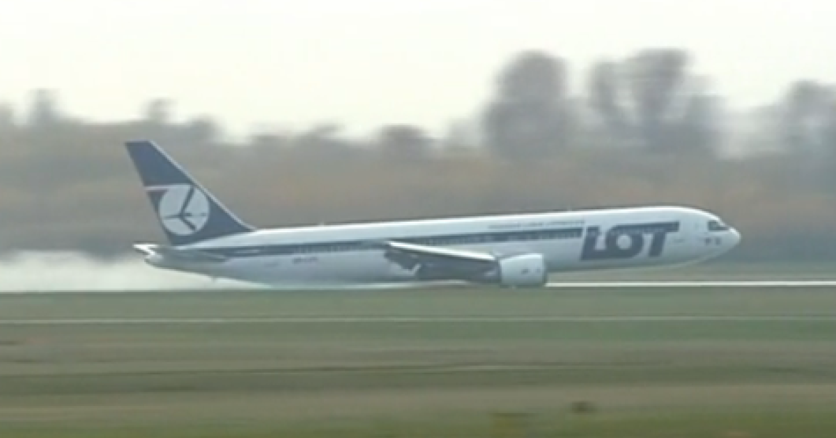 This screengrab shows a plane landing in Warsaw with no wheels on November 1, 2011.</p>