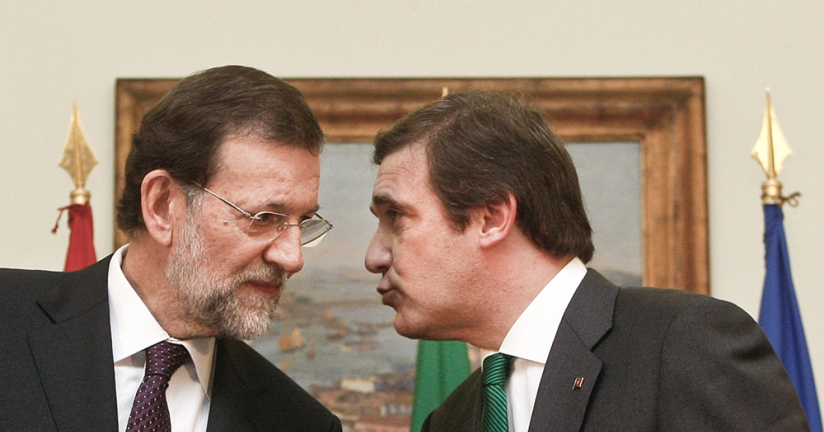 Things are really rough all over the Iberian peninsula as Portugal's Prime Minister Pedro Passos Coelho (R) seems to be telling his Spanish counterpart Mariano Rajoy.</p>