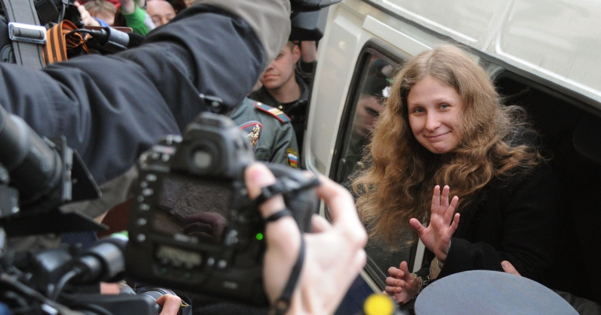 Yekaterina Samutsevich waves as she arrives for the court hearing in Moscow.</p>