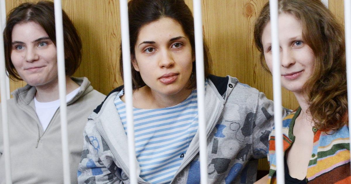 Members of the all-girl punk band Pussy Rio,  Nadezhda Tolokonnikova (C), Maria Alyokhina (R) and Yekaterina Samutsevich (L), sit behind bars during a court hearing in Moscow on July 20, 2012.</p>
